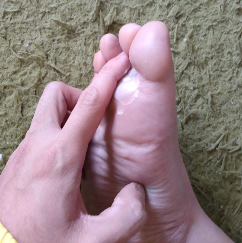 デオナチュレ 男足指さらさらクリームを足に塗ってみた